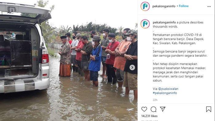 Viral Foto Jenazah Korban Covid-19 Disalatkan dalam Ambulans & di Tengah Kepungan Banjir